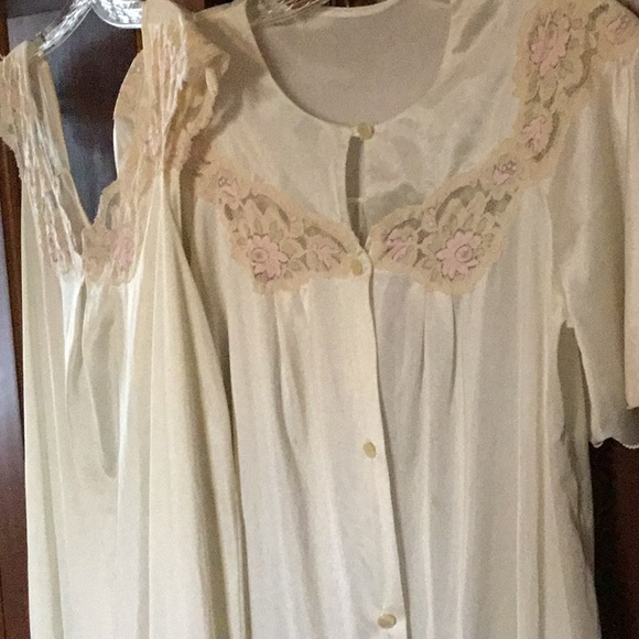 fd1bc94c4c04 Vintage Full Length Nightgown   Matching Robe Set.  M 5ae7259bcaab449a042de5c3